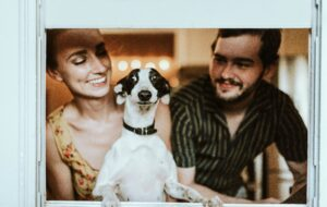 chewy-Family portrait dog between owners-4Q-unsplash