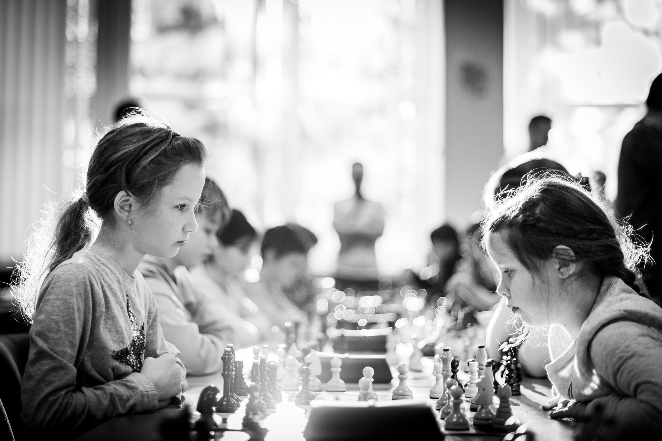 michal-vrba-Young children plaing chess in tournament-unsplash