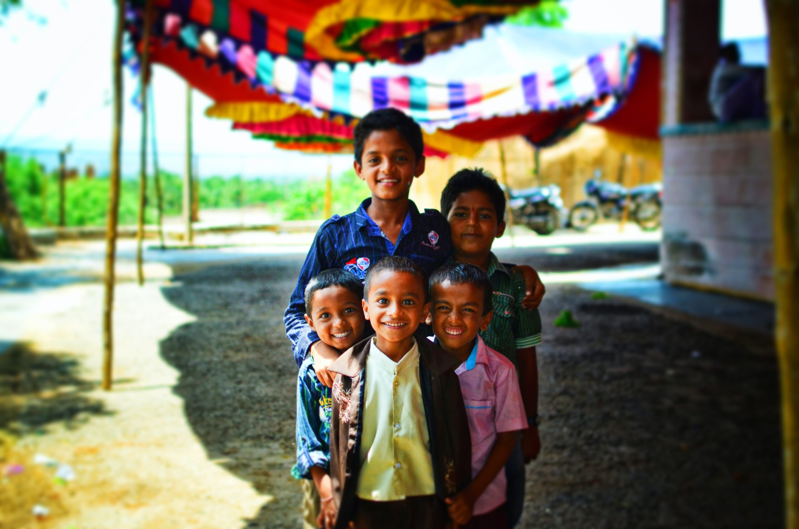 devaiah-mallangada-5 Children grouped close together-unsplash