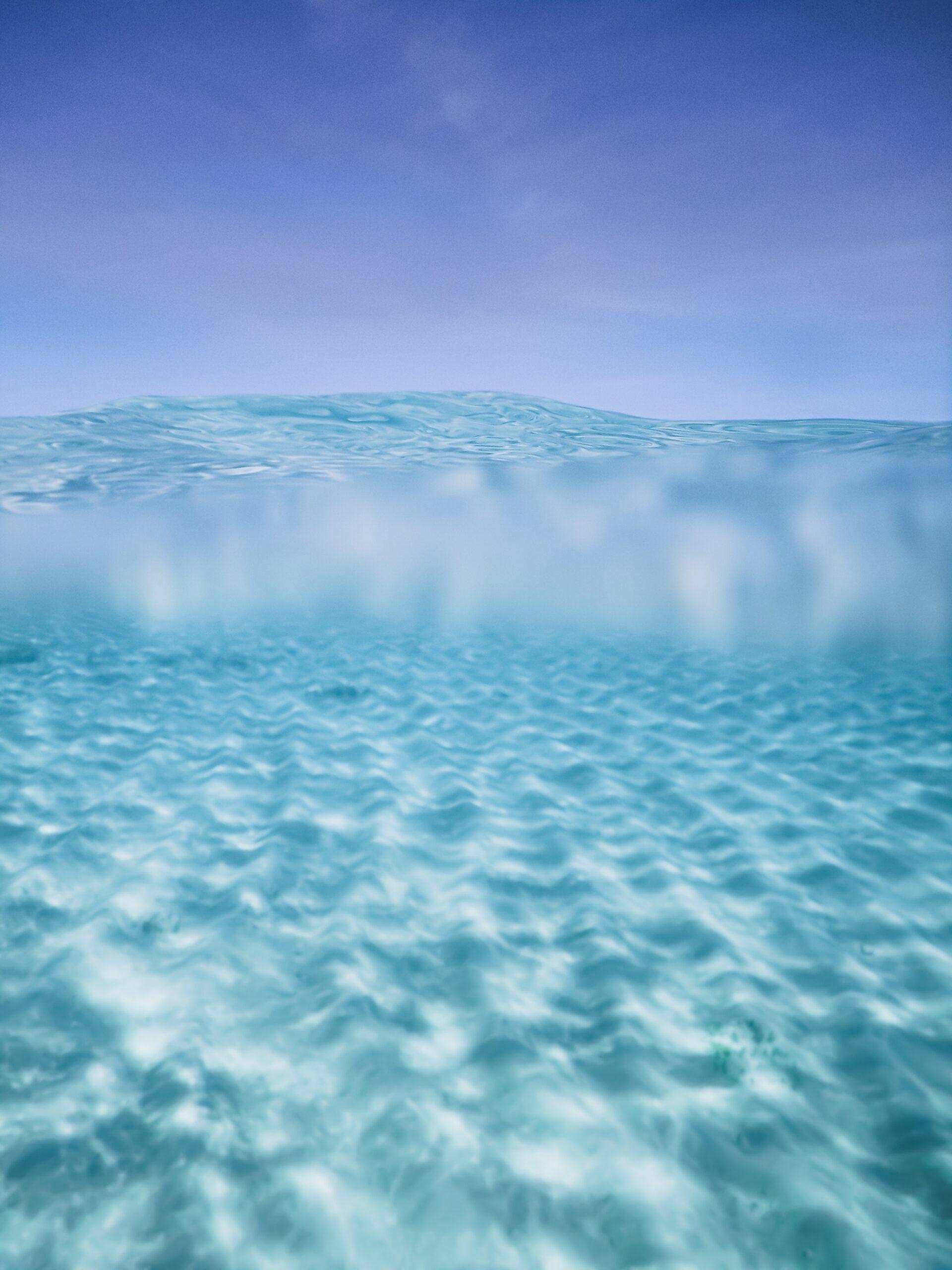 analia-ferrario-Crystal blue ocean bahama-unsplash