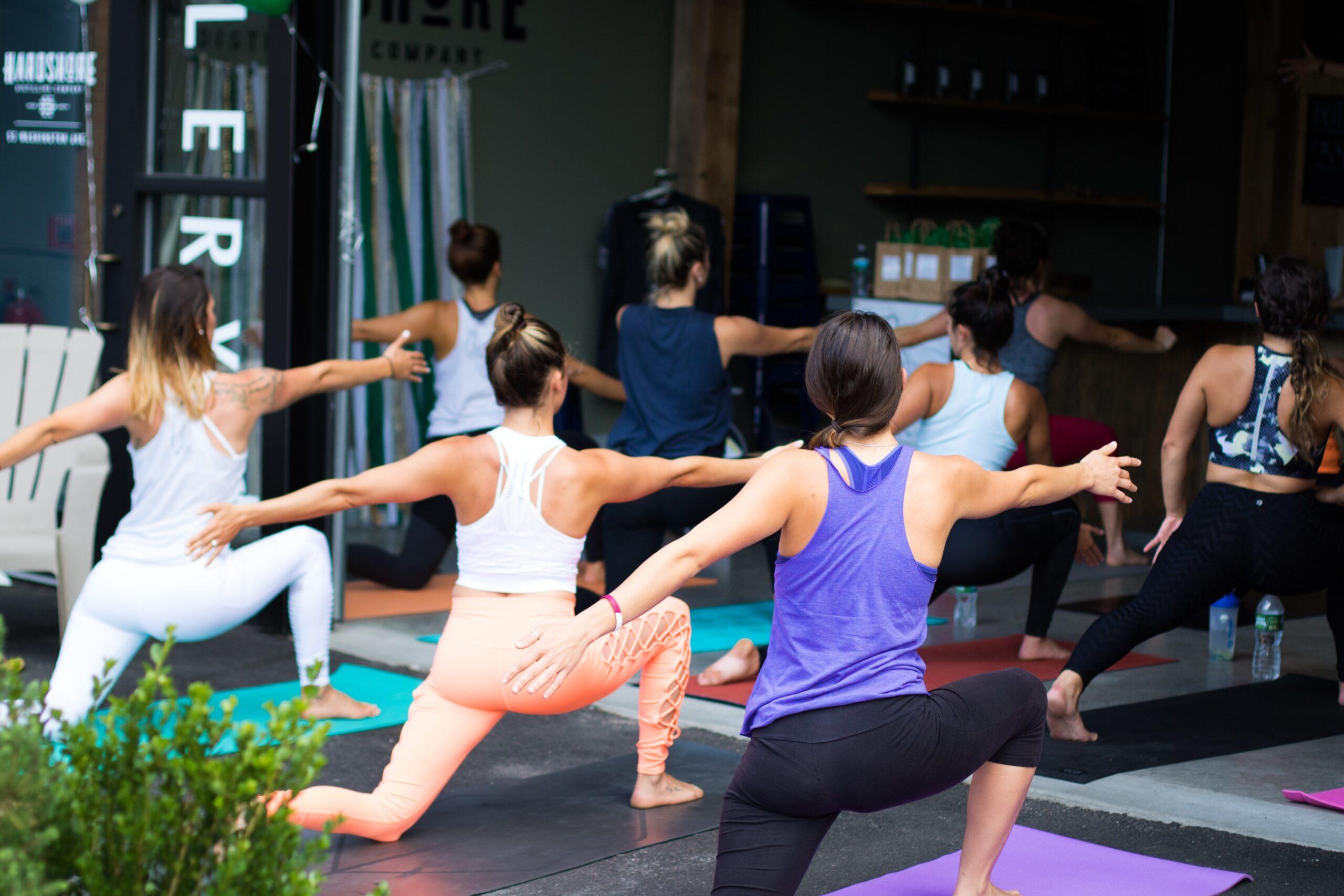 dylan-gillis-Yoga class i Warrior 1 pose -unsplash