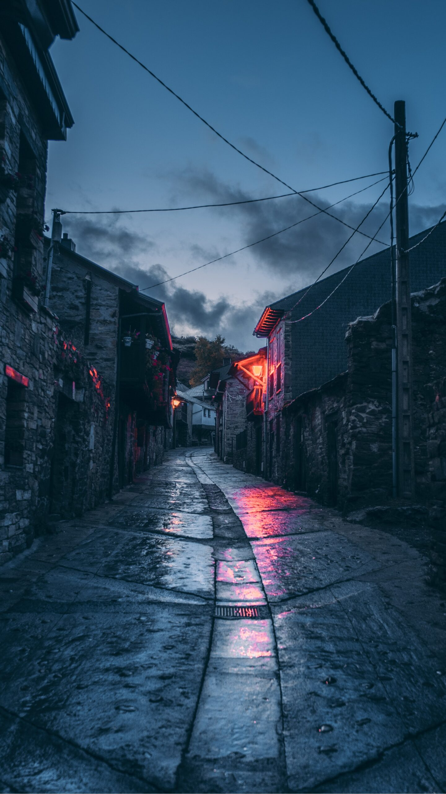 daniele-colucci-Glasgow City Cobbled narrow Street after rain at dusk-unsplash
