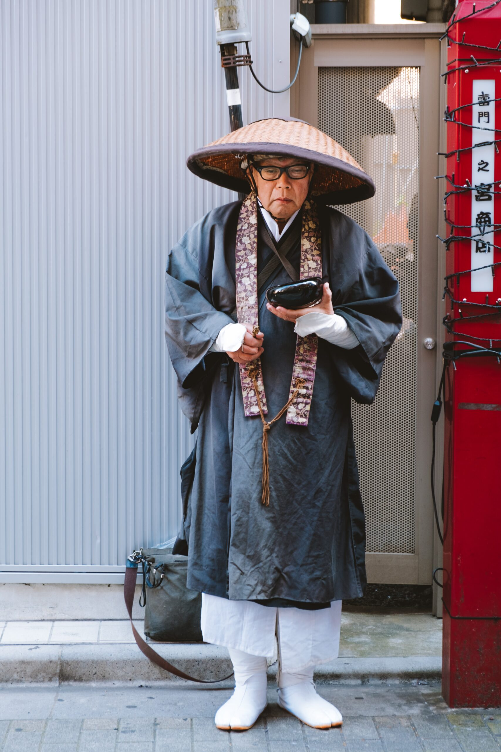 lucrezia-carnelos-Japanese Zen buddhist priest with bamboo hat holding black soapstone bowl-unsplash