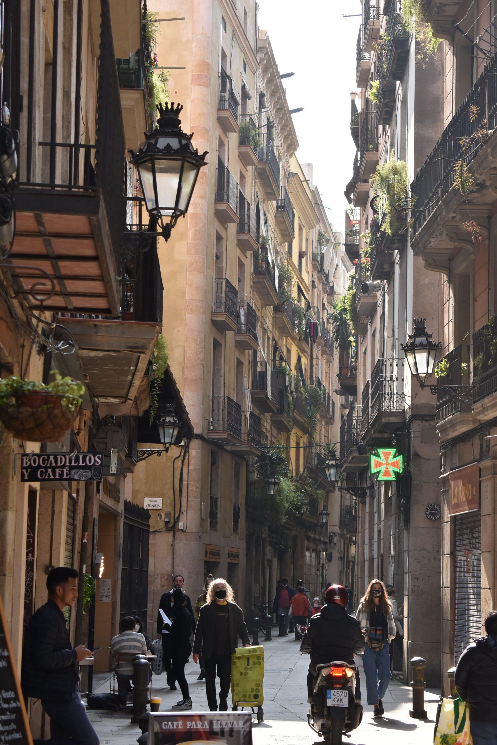 polina-kocheva-Barcelona City Narrow historic avenue-unsplash