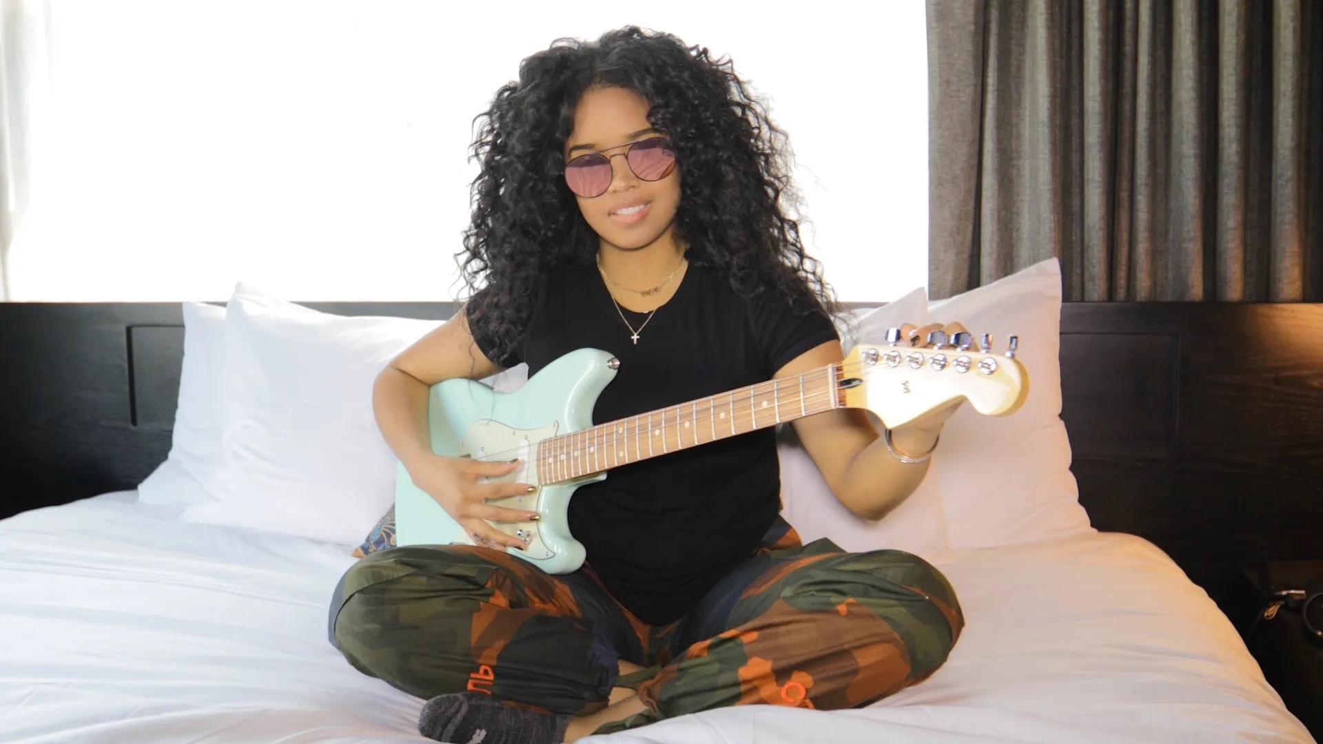 HER_Holding Fender