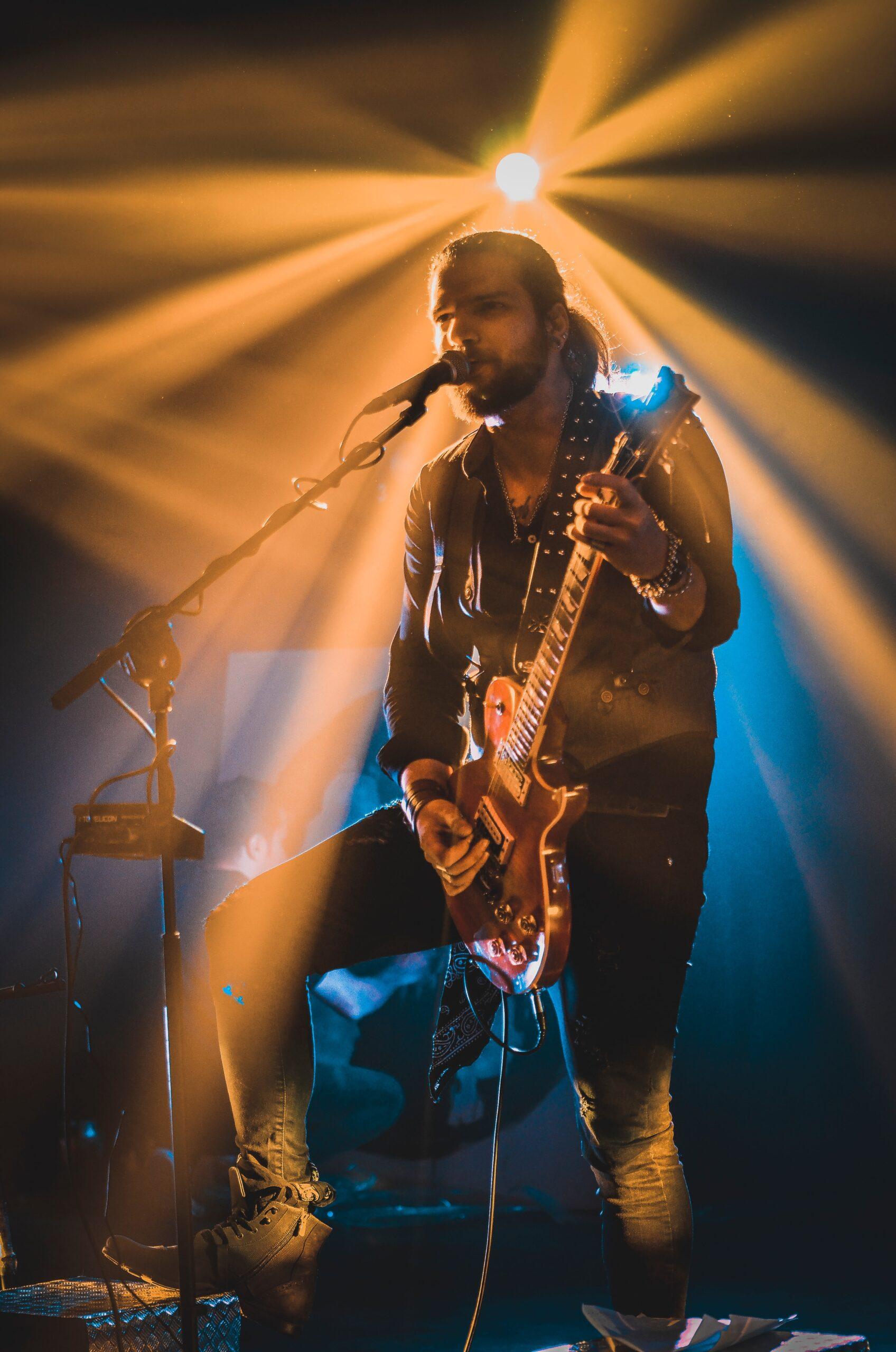 sam-moqadam-Guitarist on stage -unsplash