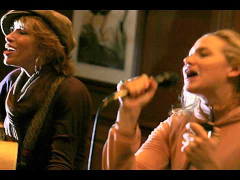 Carly Simon and duaghter performing